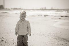 Kleines Mädchen auf Meer, Schwarzweiss-Foto Stockfotografie
