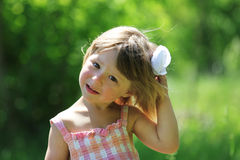 Kleines Mädchen auf Natur Lizenzfreie Stockfotografie