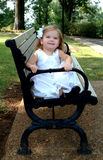 Kleines Mädchen auf Park-Bank Lizenzfreies Stockfoto