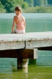 Kleines Mädchen auf Pier Lizenzfreie Stockbilder