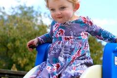 Kleines Mädchen auf Plättchen Stockfoto
