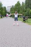 Kleines Mädchen auf Rollenrochen lizenzfreie stockbilder