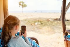 Kleines Mädchen auf Safari stockbild