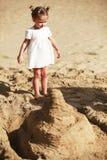 Kleines Mädchen auf sandigem Strand Stockbild