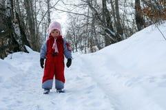Kleines Mädchen auf Schnee lizenzfreies stockfoto