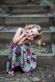 Kleines Mädchen auf Schritten Stockbild