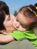 Kleines Mädchen auf Schulter ihr Mutter Lizenzfreie Stockfotografie