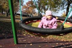 Kleines Mädchen auf Schwingen stockfoto