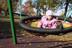 Kleines Mädchen auf Schwingen stockfotos