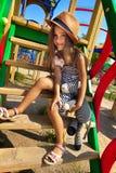 Kleines Mädchen auf Spielplatz Stockbild