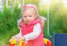 Kleines Mädchen auf Spielplatz Lizenzfreie Stockfotografie