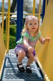 Kleines Mädchen auf Spielplatzausrüstung Lizenzfreie Stockfotos