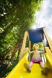 Kleines Mädchen auf Spielplatzplättchen Stockfotografie
