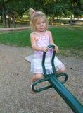 Kleines Mädchen auf ständigem Schwanken Stockfoto