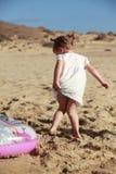 Kleines Mädchen auf Strand Stockfoto