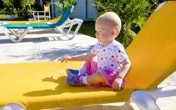 Kleines Mädchen auf Strandstuhl Lizenzfreie Stockbilder