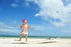 Kleines Mädchen auf Surfbrett Lizenzfreies Stockfoto