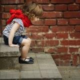 Kleines Mädchen auf Treppenhaus Stockfotos