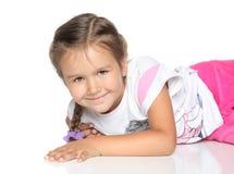Kleines Mädchen auf weißem Fußboden Stockfotografie