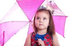 Kleines Mädchen auf weißem Regenschirm Stockfotos