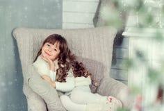 Kleines Mädchen auf Weihnachten Stockbild
