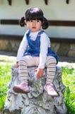 Kleines Mädchen aufgeworfen Stockbild