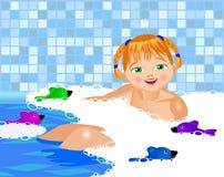 Kleines Mädchen badet in einem Bad Lizenzfreies Stockfoto
