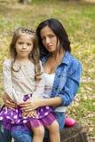 Kleines Mädchen Beautifal und glückliche Mutter im Herbst parken lizenzfreie stockbilder