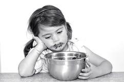 Kleines Mädchen beendete, um große Schüssel Schokoladencreme zu essen Stockbilder