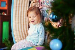 Kleines Mädchen beim Pyjamalachen Das Konzept von Weihnachten und von Ne Stockbild