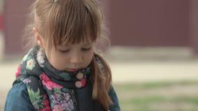 Kleines Mädchen betrachtet das Blumenblatt stock video footage
