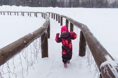 Kleines Mädchen, das über Brücke läuft Stockfotos
