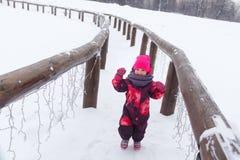 Kleines Mädchen, das über Brücke läuft Lizenzfreie Stockfotografie