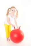 Kleines Mädchen, das Übung mit Kugel tut Stockbild