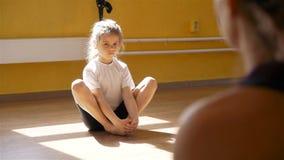 Kleines Mädchen, das Übung während der Rehabilitation tut stock footage