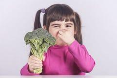 Kleines Mädchen, das ablehnt, ihr Gemüse zu essen Stockfotos
