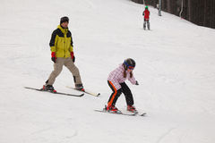 Kleines Mädchen, das alpines Skifahren ausbildet Lizenzfreie Stockbilder