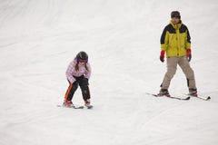 Kleines Mädchen, das alpines Skifahren ausbildet Stockfotos