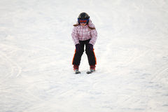 Kleines Mädchen, das alpines Skifahren erlernt Stockfoto