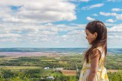 Kleines Mädchen, das Annapolis-Tal betrachtet Stockfoto