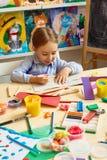 Kleines Mädchen, das Art Class genießt Lizenzfreie Stockbilder