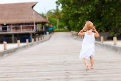 Kleines Mädchen, das auf Anlegestelle läuft lizenzfreie stockfotos
