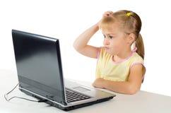 Kleines Mädchen, das auf dem Computer spielt Lizenzfreie Stockfotos