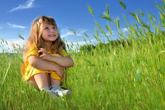 Kleines Mädchen, das auf dem Gras träumt Lizenzfreies Stockbild