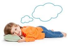 Kleines Mädchen, das auf dem Kissen liegt Lizenzfreies Stockbild