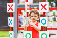 Kleines Mädchen, das auf dem Spielplatz spielt Stockbilder