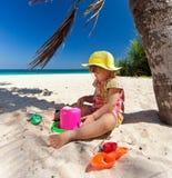 Kleines Mädchen, das auf dem Strand spielt Lizenzfreies Stockfoto