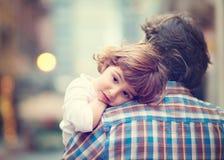 Kleines Mädchen, das auf der Schulter des Vatis stillsteht Lizenzfreies Stockbild