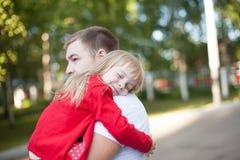 Kleines Mädchen, das auf der Schulter ihres Vaters stillsteht Stockfotos