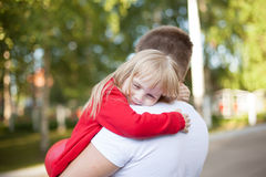 Kleines Mädchen, das auf der Schulter ihres Vaters stillsteht Stockbild